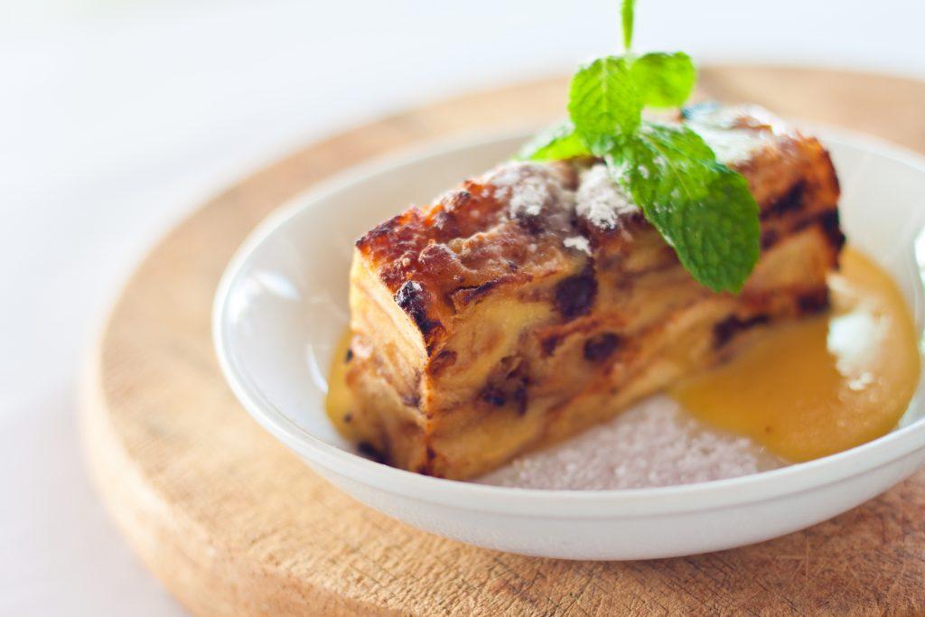 Dans le Nord Pas-de-Calais quand Maman avait trop de pain, elle faisait du » Pain d'chien» ou » Pudding» voici la recette !!