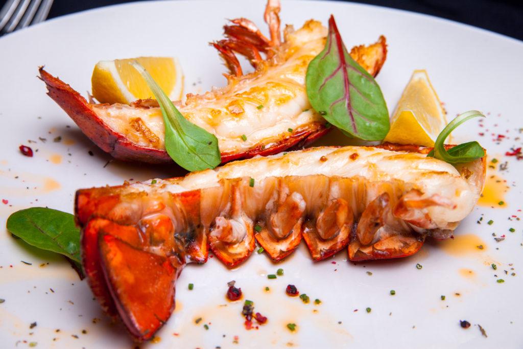 Homard grillé au beurre de crevettes