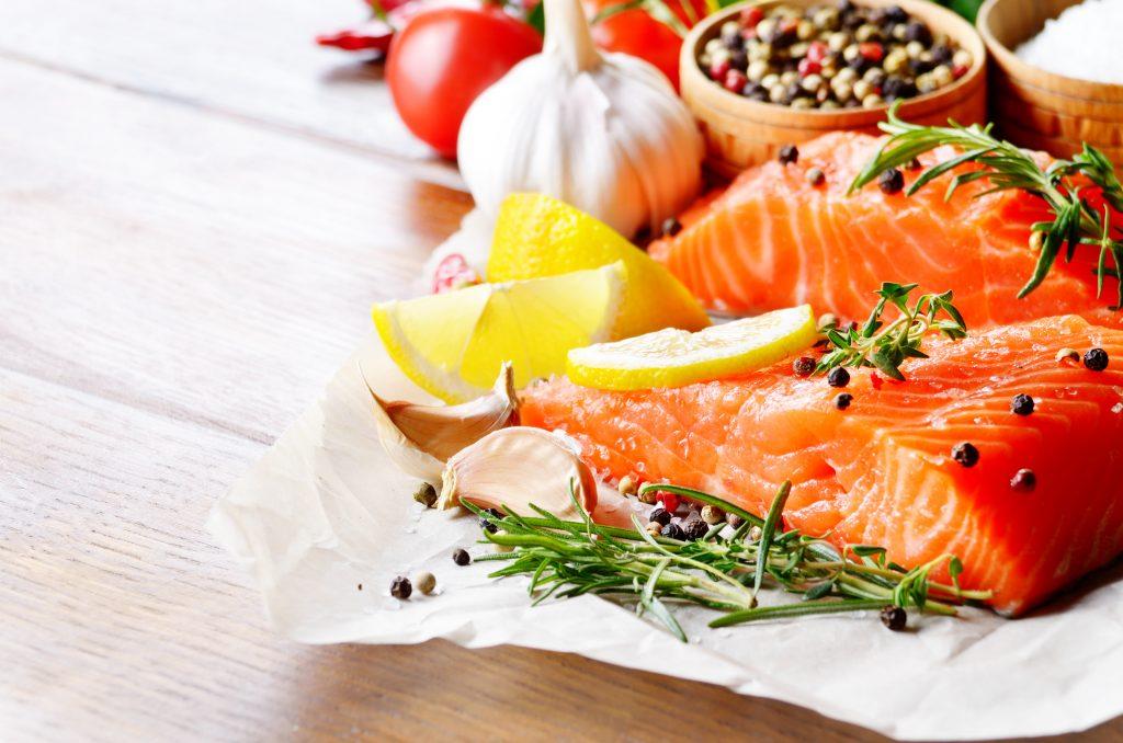Pavés de saumon au gingembre et concassée de tomates à la coriandre