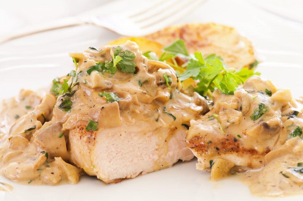 Blancs de poulet aux champignons moutarde et crème.