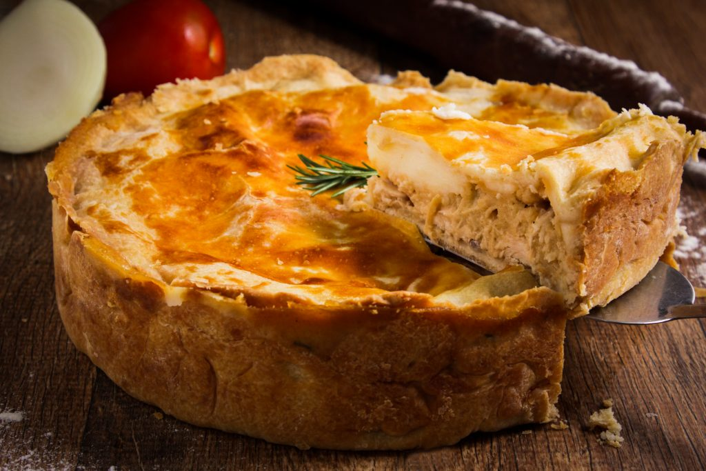 Tourte au confit de canard, foie gras et champignons