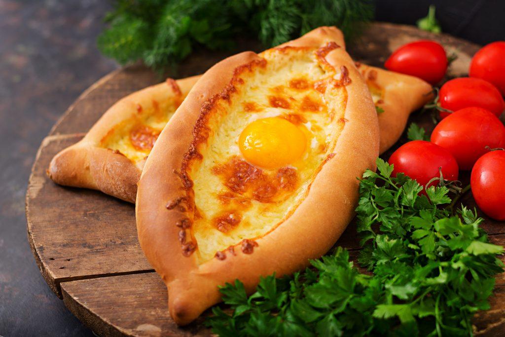 khachapuri (pain ouvert et farci au fromage et à l'œuf)